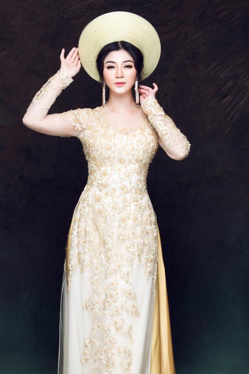 Cô dâu kết hợp cùng mấn tone vàng đồng vừa tạo sự trang trọng vừa có thể khiến mình trông cao hơn.