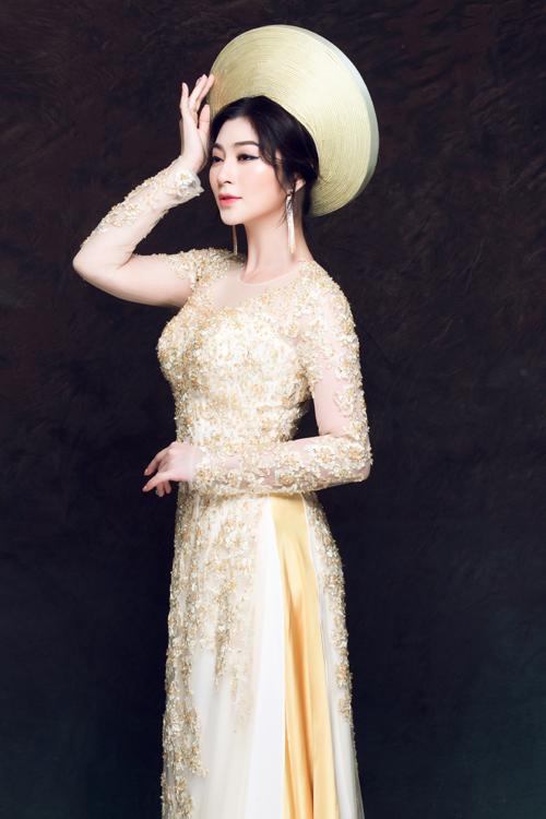 Bộ ảnh được thực hiện với sự hỗ trợ của photographer Bảo Lê, makeup Minh Hồng, hair Tú Nhân và trang phục Áo dài Minh Châu.