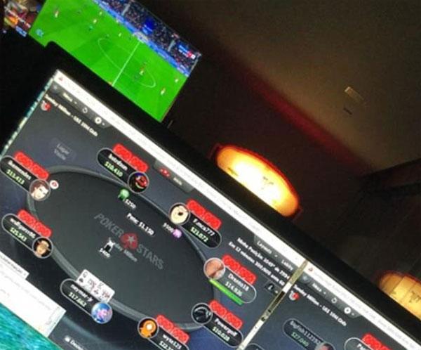 Neymar khoe ảnh vừa chơi bài vừa xem PSG thi đấu. Ảnh: NN.