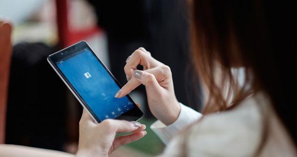 Vợ của Hariom đêm ngày vào Facebook và nhắn tin trên mạng xã hội. Ảnh: thenextweb.