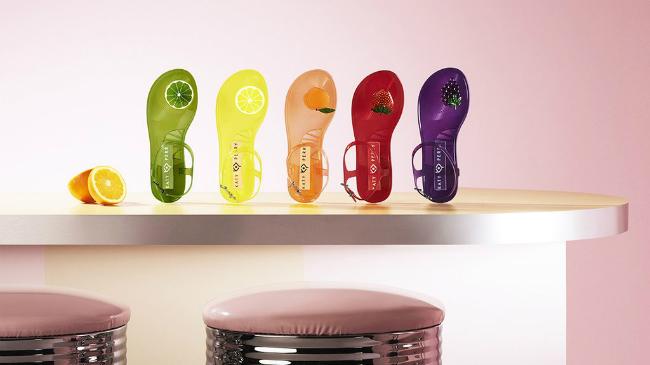 Dòng dép sandal nhựa trong suốt của Katy Perry có tên The Geli.