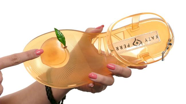 Katy Perry thiết kế dép sandal có mùi hương hoa quả
