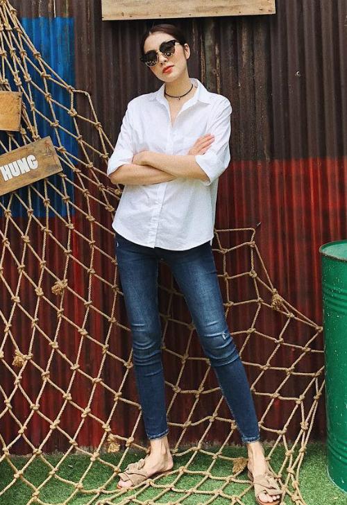 Tăng Thanh Hà trung thành với phong cách áo sơ mi trắng và quần jeans quen thuộc.