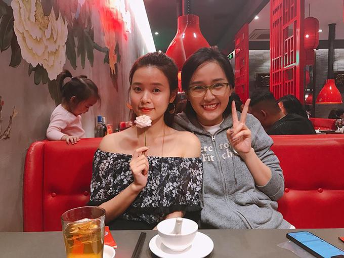 Midu khoe được chị đẹp Mai Phương Thuý dắt đi ăn cơm ngon. Hoa hậu ăn mặc giản dị, đeo mắt kính cận và gần như để mặt mộc.