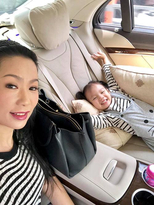 Con gái nữ diễn viên Kim Chi thích thú khi được đi làm cùng mẹ.