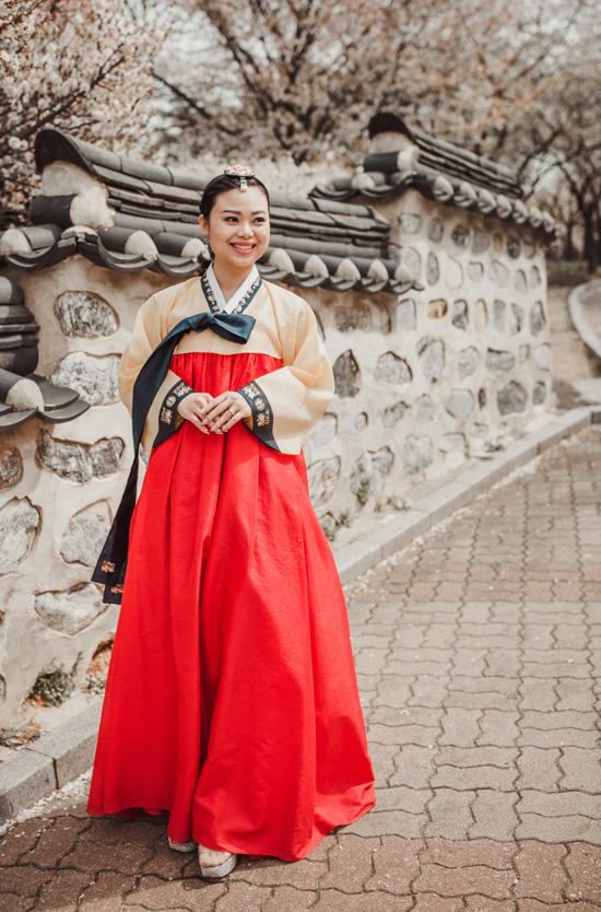 Huyền Trang trong trang phục truyền thống hanbok của Hàn Quốc. Ảnh: Kelvin Nguyễn.