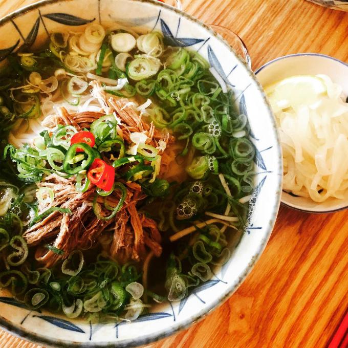 Quán phở Việt nơi chị đẹp và mỹ nam đi ăn trưa - 6