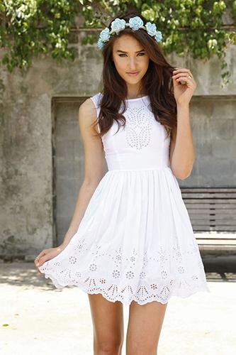 Mặc váy màu trắng đi dự tiệc cưới, bạn có thể gây ra sự nhầm lẫn cho khách mời khác.Ảnh: Her Canvas.