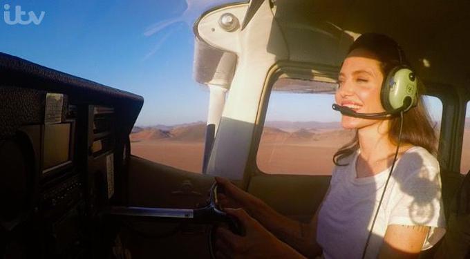 Trong bộ phim tài liệu The Queens Green Planet phát sóng tại Anh vào tối 17/4, khán giả có cơ hội được thấy Angelina Jolie lái máy bay khi cô tới Namibia để triển khai kế hoạch trồng cây xanh, cải tạo sa mạc. Bà mẹ 6 con vốn đã có bằng phi công từ năm 2004 và sở hữu một chiếc máy bay riêng.