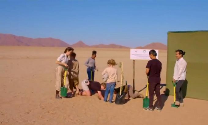 6 người con của cô cùng tới Namibia trồng cây với mẹ.
