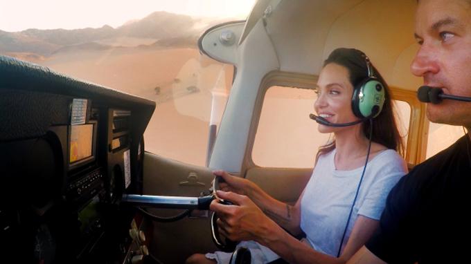 Ngắm sa mạc từ trên cao, Angelina không khỏi thốt lên ngỡ ngàng với phi công ngồi bên cạnh: Thật đẹp... Tôi nghĩ đây là nơi đẹp nhất thế giới. Tuy nhiên, nữ diễn viên cũng bày tỏ sự lo ngại khi sa mạc ngày càng rộng hơn vì biến đổi khí hậu: Tôi yêu sa mạc nhưng chúng ta không muốn nó bị mở rộng theo cách này.