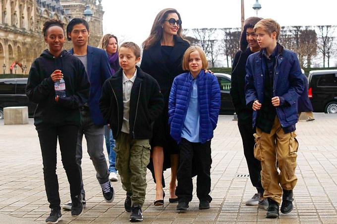 Jolie tiết lộ, cuộc gặp gỡ với nữ hoàng đã truyền cảm hứng cho cô và các con để tới Namibia trồng cây xanh trên sa mạc. Tại quốc gia này, Jolie cũng thành lập một khu bảo tồn động vật để giải cứu và chăm sóc các loài động vật hoang dã bị săn bắt trái phép.