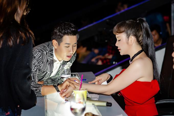 Trong giờ nghỉ giải lao của buổi quay, Nguyên Khang xuống ghế giám khảo của Lý Nhã Kỳ để trò chuyện.
