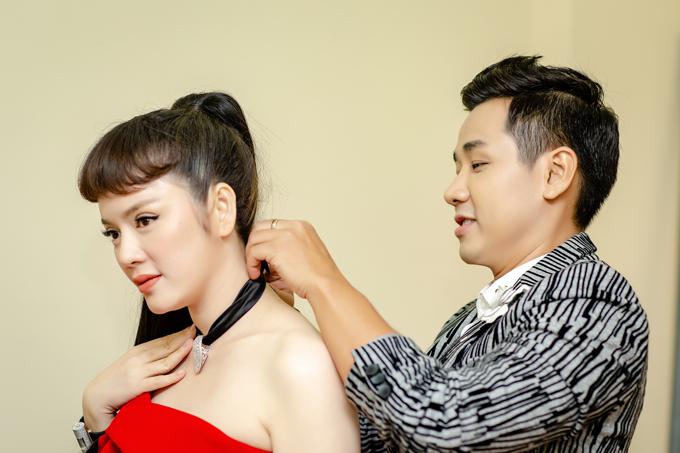 Khi chuẩn bị buổi chụp hình và quay phim, Nguyên Khang chỉnh lại vòng cổ, giúp nàng kiều nữ có diện mạo hoàn hảo trước ống kính.