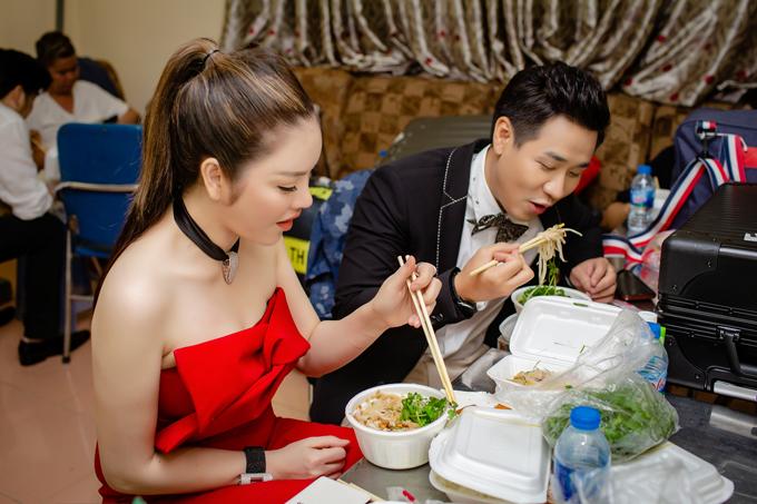 Lý Nhã Kỳ được mời làm giám khảo trong một show truyền hình mới mà Nguyên Khang đảm nhận vai trò Host. Trước buổi quay, cả hai vui vẻ ăn lót dạ ở phòng chờ của chương trình.