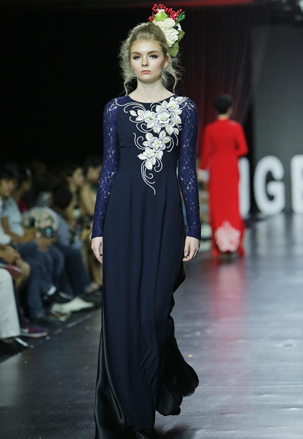 Một số người mẫu Tây tham gia giới thiệu áo dài Việt cách tân.
