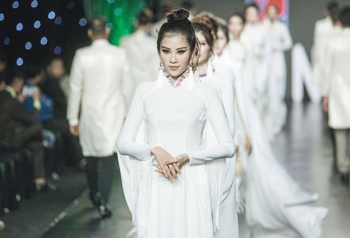 Nam Anh tham gia diễn cho nhiều nhà thiết kế trong sự kiện thời trang mang chủ đề Angel night. Cô duyên dáng giới thiệu áo dài trắng của Việt Hùng.