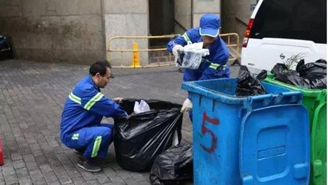 Người thu gom rác chỉ mất 10 phút để tìm chiếc nhẫn kim cương giữa 4 tấn rác