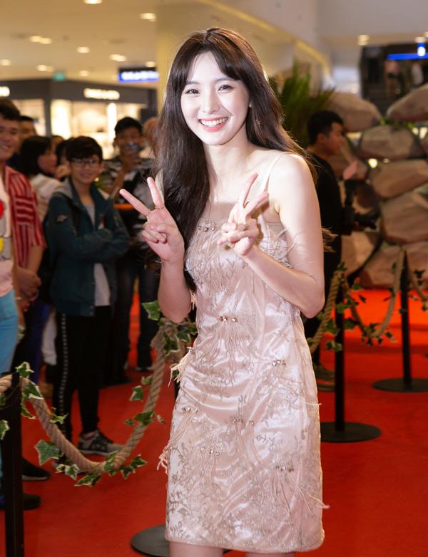 Hot girl người Thái Lan Nene xinh tươi rạng rỡ trước ống kính.