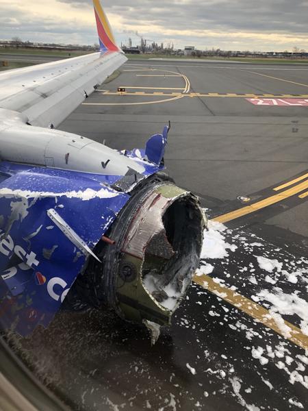 Phần động cơ bị nổ trên chiếc Boeing 737. Ảnh: Twitter