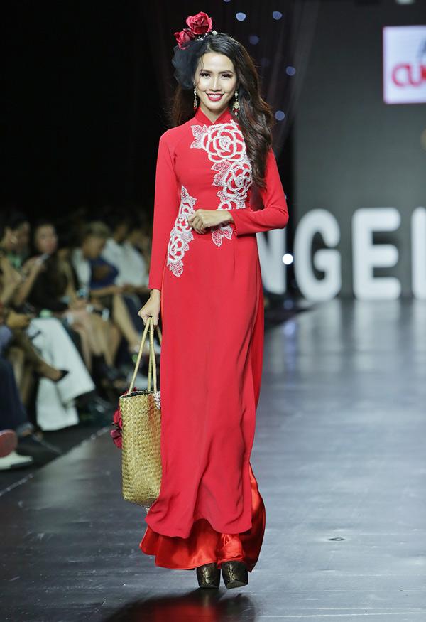 Phan Thị Mơ duyên dáng hóa thiếu nữ xưa khi diện áo dàitruyền thống.