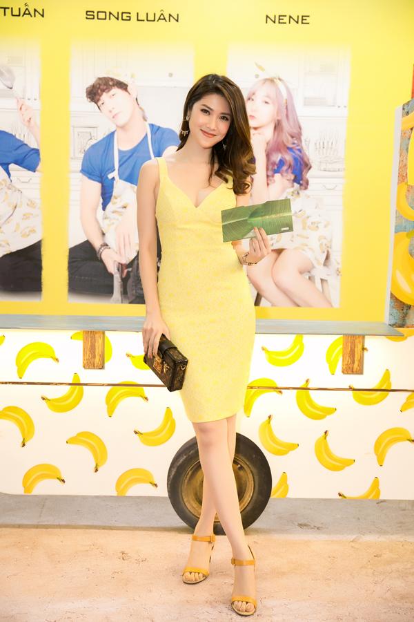 Siêu mẫu - MC Thu Hằng gợi cảm trong bộ váy bó màu vàng.