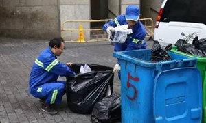 Nhân viên vệ sinh chỉ mất 10 phút tìm nhẫn kim cương giữa 4 tấn rác