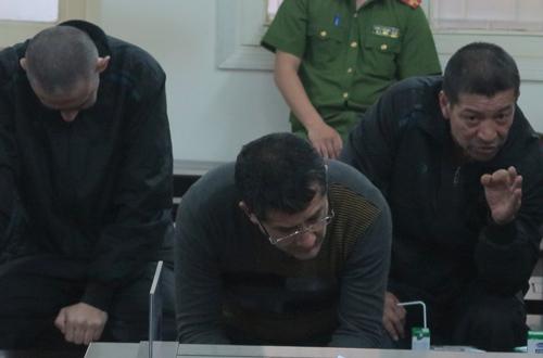 Ba trong năm bị cáo (áo đen) tại phiên tòa sơ thẩm.