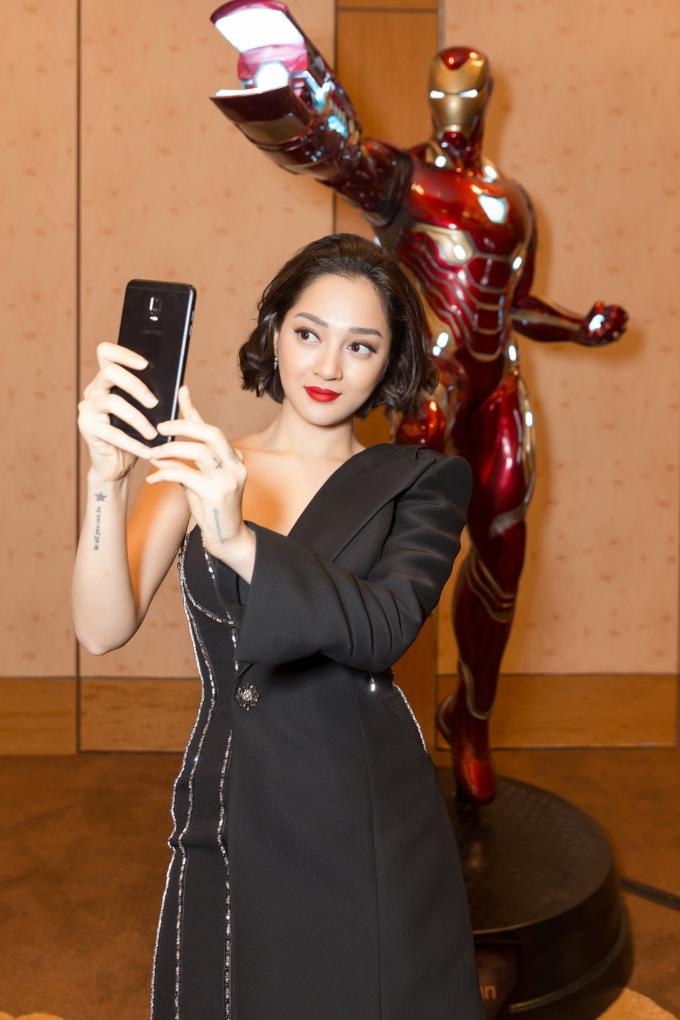 Chẳng nói đâu xa, ngay khi dạo bước trong bảo tàng siêu anh hùng của Marvel, Bảo Anh đưa ngay Galaxy J7+lên cao selfie với Iron Man như một thói quen thường lệ. Điều Bảo Anh thấy ưng ý nhất là sau nhiều lần selfie, Galaxy J7+ cho hàng trăm bức ảnh có chiều sâu, lấy nét nhanh như máy ảnh DSLR mà không cần mày mò nhiều. Lúc selfie với siêu anh hùng Iron Man trong phòng tối, ảnh vẫn sắc nét như ban ngày bất chấp ánh sáng yếu.