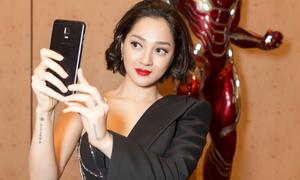 Smartphone - 'vật bất ly thân' của Bảo Anh khi làm việc ở Singapore
