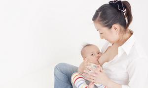 Cho bé bú đúng cách giúp ích cả mẹ và con