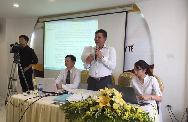 Ông Phạm Thanh Sơn (thứ hai từ phải qua), người phát ngôn của Bệnh viện Kim Cương, công bố các kết luận của cơ quan chức năng trong cuộc họp báo sáng 19/4.
