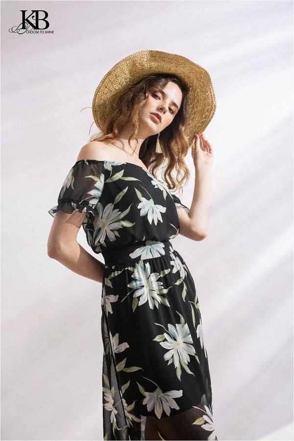 Hoa tiết hoa bản lớn thường xuyên xuất hiện trong những chiếc đầm maxi. Thiết kế trễ vai cùng đai ôm phần eo tôn vóc dáng người mặc.