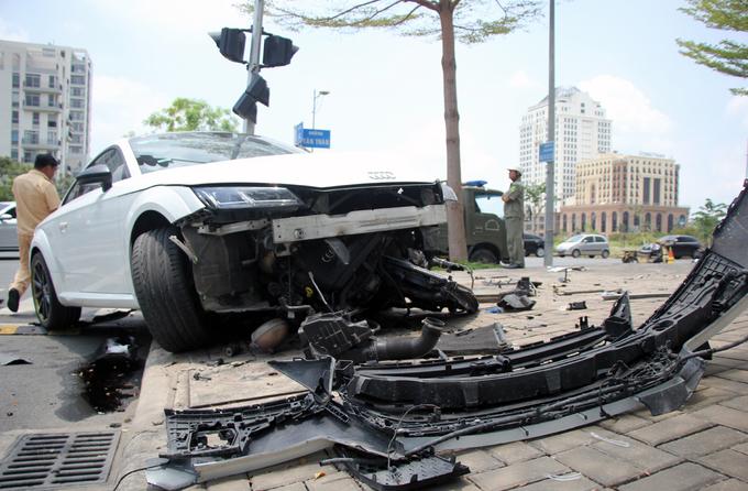 Ôtô Audi nát bươm sau tai nạn ở Sài Gòn