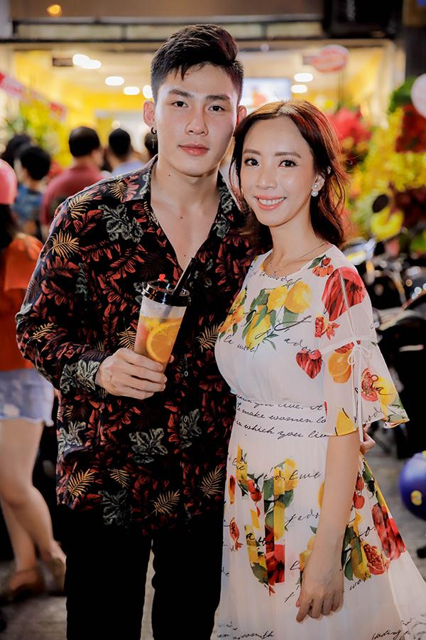 Thu Trang xinh đẹp hơn sau khi tút nhan sắc. Cô tươi tắn bên hot boy Trần Thái Nhựt trong sự kiện tối qua.