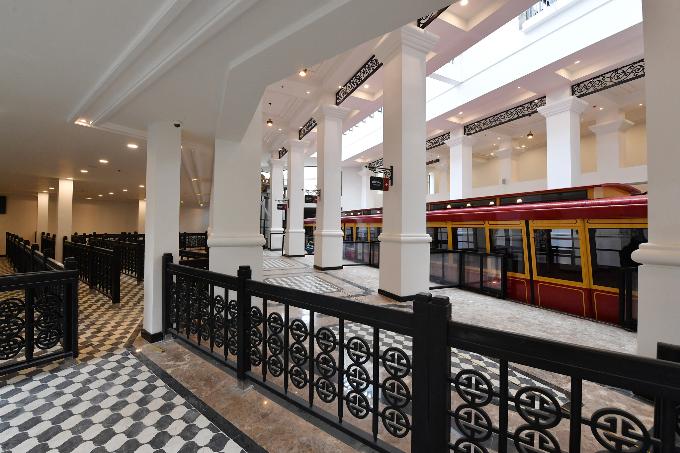 Trong hành trình khám phá vùng cao Tây Bắc bằng tàu hỏa leo núi Mường Hoa, du khách sẽ được chiêm ngưỡng kiến trúc Pháp cổ kính, lịch lãm của ga đi Sa Pa do kiến trúc sư lừng danh thế giới Bill Bensley thiết kế.