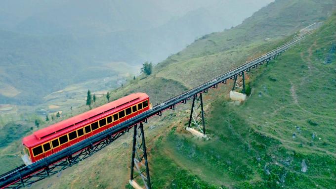 Tuyến tàu hỏa leo núi Mường Hoa nối liền thị trấn Sa Pa với ga đi cáp treo Fansipan vừa đi vào hoạt động vào ngày 31/3, mang đến nhiều trải nghiệm thú vị cho du khách. Tuyến tàu hỏa này có tổng chiều dài xấp xỉ 2 km, xuất phát từ khách sạn MGallery tại thị trấnvà kết thúc hành trình ở khu vực ga đi cáp treo Fansipan.