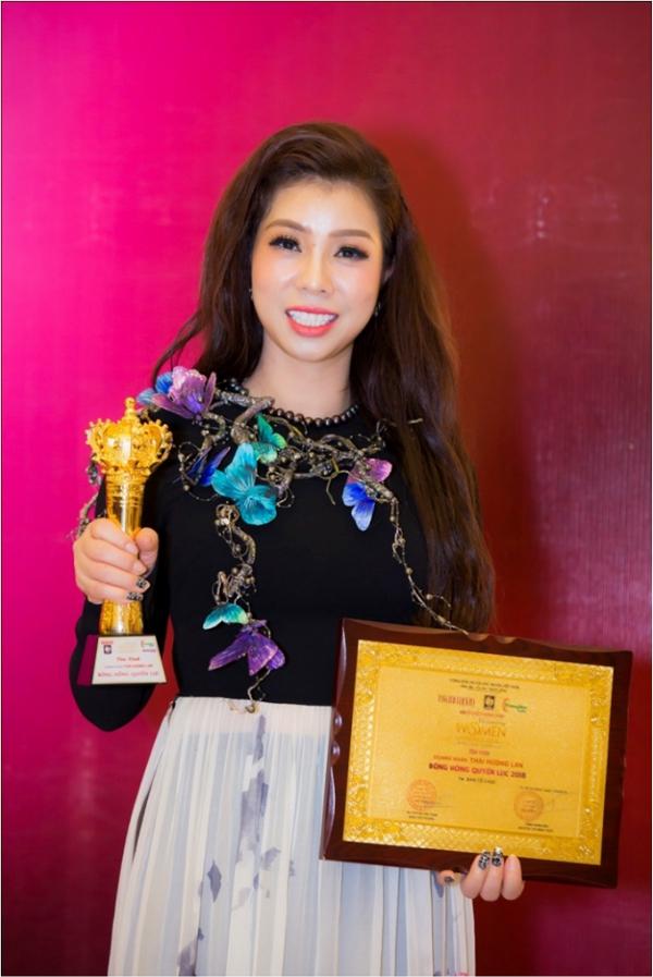Nữ doanh nhân Thái Hương Lan nhận giải thưởng tại sự kiện.