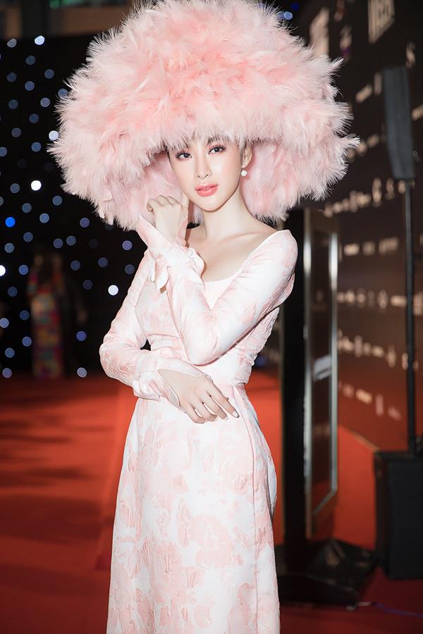Áo dài với biến tấu cổ áo tôn nét gợi cảm của Công Trí được Angela Phương Trinh chọn lựa khi xuất hiện trong đêm đầu tiên của tuần lễ thời trang.