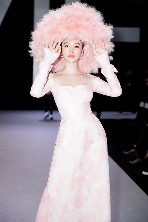 Angela Phương Trinh thu hút được sự quan tâm của phóng viên, báo chí với set trang phục có một không hai trên thảm đỏ thời trang.