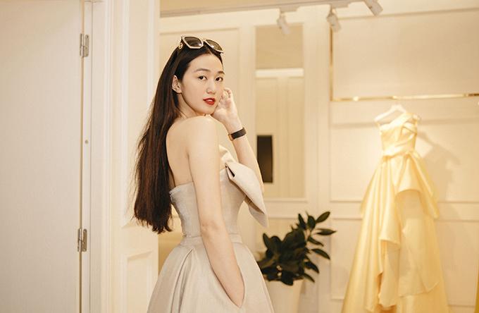 Khánh My ướm thử nhiều mẫu váy tôn nét gợi cảm với sắc màu và phom dáng theo đúng khuynh hướng xuân hè 2018.