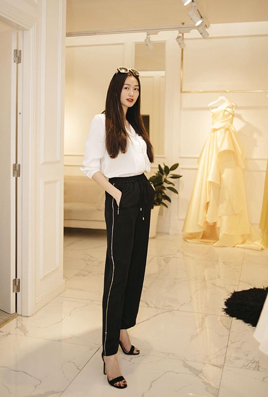 Khánh My ăn mặc đơn giản với set đồ trắng đen, cô cố gắng chọn cho mình mẫu trang phục khai thác được vẻ đẹp hình thể và tạo được sức hút trước người đối diện.