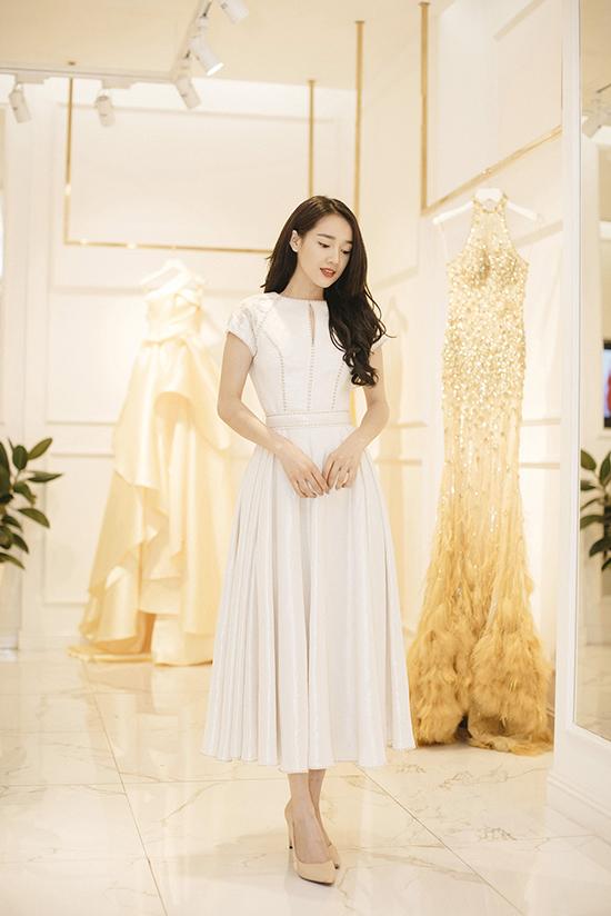 Thời gian gần đây, Nhã Phương thường xuyên xuất hiện với các thiết kế của nhà mẫu Lê Thanh Hoà trên thảm đỏ các sự kiện và trong show diễn ra mắt BST mới của anh, Nhã Phương cũng sẽ đến với vai trò khách mời.