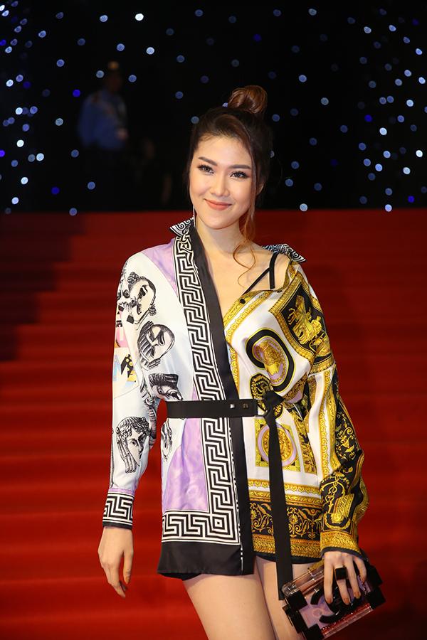 Trần Thu Hằng sexy với sơ mi thiết kế trên khăn lụa hàng hiệu.
