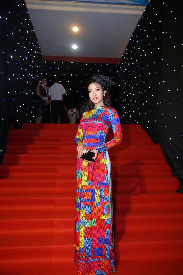 Đỗ Mỹ Linh cũng chọn mẫu áo dài mới nhất của Công Trí để đến cổ vũ nhà thiết kế giới thiệu bộ sưu tập Coco yêu dấu.