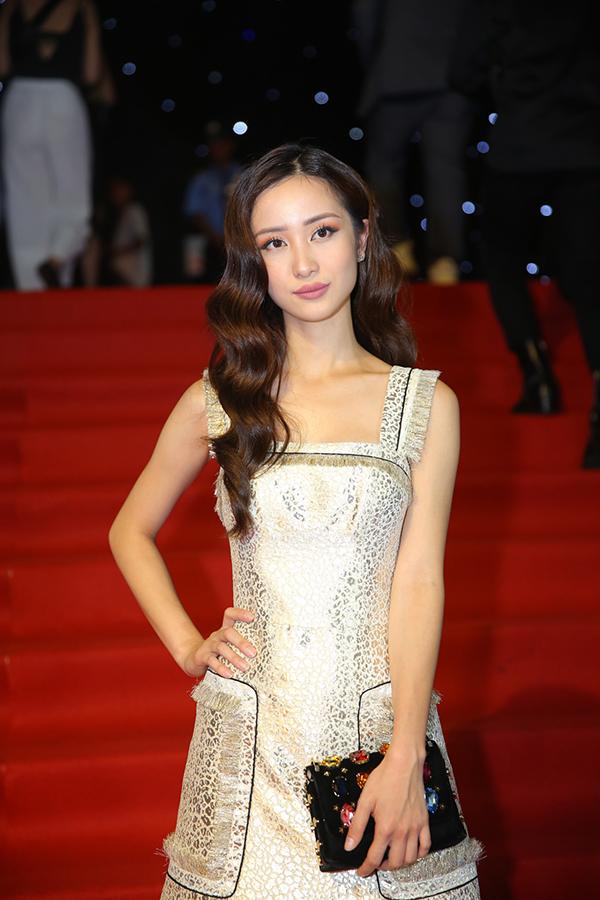 Jun Vũ ăn mặc nhẹ nhàng cùng váy ánh kim trang trí tua rua tiệp sắc màu.