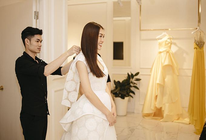 Tường Linh nhờ sự tư vấn và hỗ trợ của stylist và các cộng sự của mình để giúp có được tổng thể hoàn hảo khi góp mặt trong show diễn cá nhân của nhà thiết kế thân thiết.