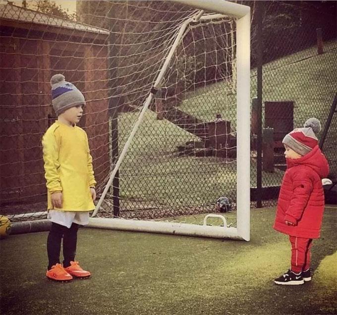 Hai cậu nhóc nhà Rooney ra sân chơi bóng bất kể trời rét.