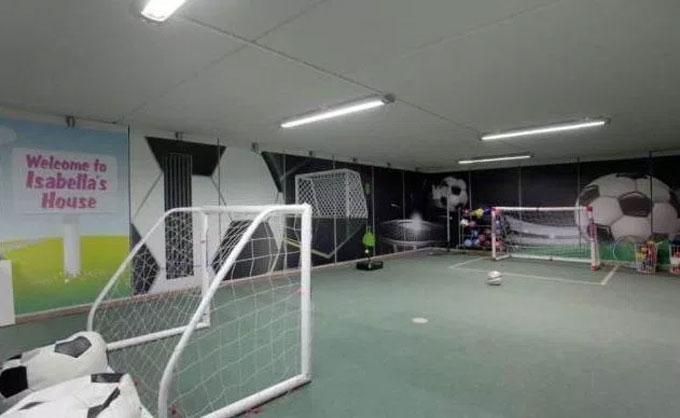 Phil Neville làm sân bóng nhỏ trong nhà riêng của anh ở Cheshire.