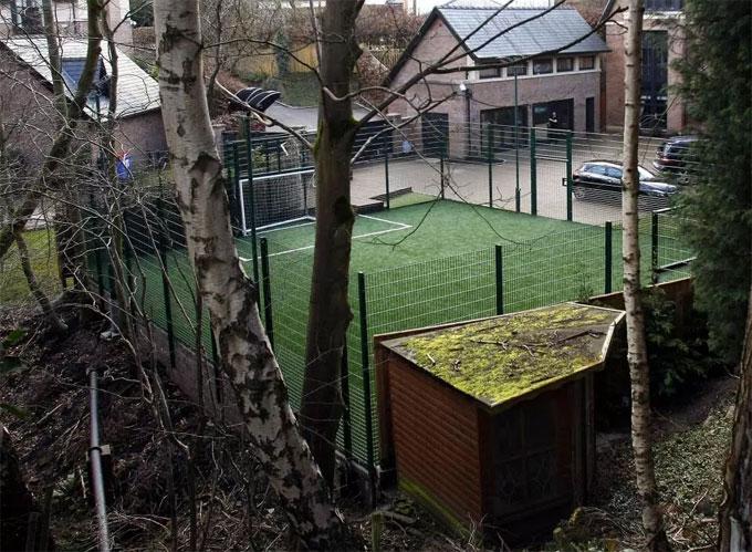 Phần lớn diện tích trong sân nhà Steven Ireland được bố trí làm sân bóng.